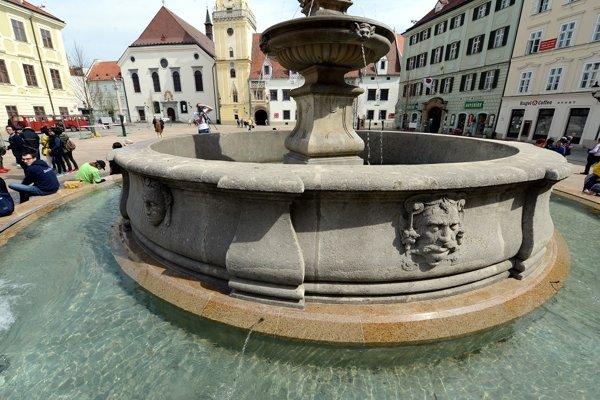 Maximiliánovu fontánu na Hlavnom námestí, známu tiež ako Rolandovu, postavili v roku 1572 ako pripomienku korunovácie Maximiliána II. za uhorského kráľa v bývalom Prešporku.