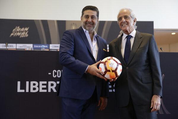 Vpravo prezident klubu River Plate Rodolfo D'Onofrio a šéf Boca Juniors Daniel Angelici.