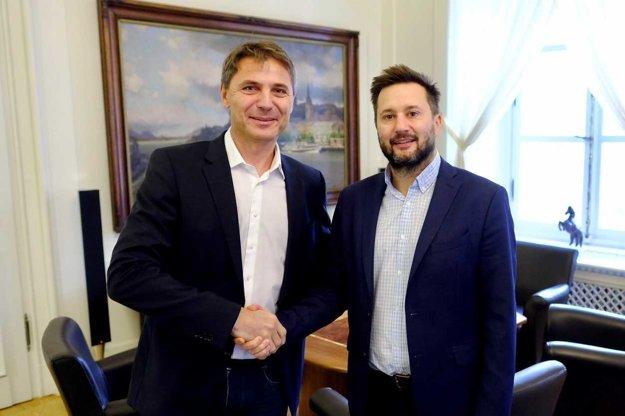 Odchádzajúci primátor Bratislavy Ivo Nesrovnal sa 21. novembra stretol s budúcim primátorom Matúšom Vallom.