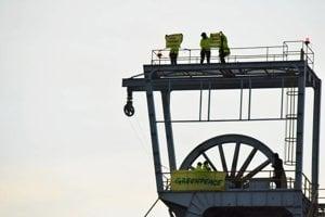 Aktivisti na ťažobnej veži v Novákoch.