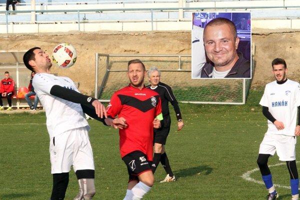 Gabriel Vrba (vo výreze) bude trénovať aj mužov v Močenku. Na archívnej snímke v bielych dresoch Daniel Čiernik a Anton Štefanko, v červenom Csaba Takács z Vlčian.