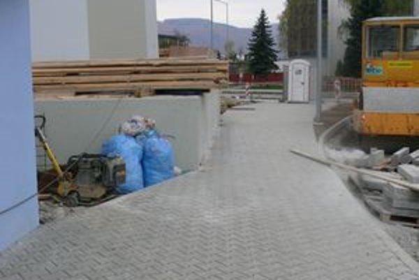 Pätka piliera diaľnice zasahuje do chodníka. Projekt výstavby diaľničnej estakády sa menil, tiež spôsob zakladania pilierov.