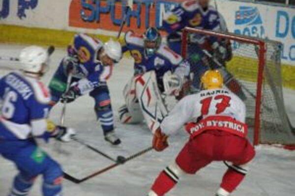 Lukáš Klíma (v bielom č. 17) dal Oswiencimu dva góly a trafil žrď.