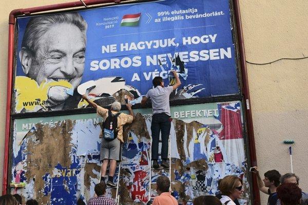 Aktivisti strhávajú plagátovú kampaň maďarskej vládnej strany Fidesz zameranú proti finančníkovi maďarského pôvodu Georgovi Sorosovi.