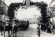 Slávnostný vstup maďarskej armády do Nových Zámkov 8. novembra 1938.