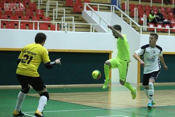 Jakub Baranovič (vo výskoku) oblieka aj dres futsalového MŠK.