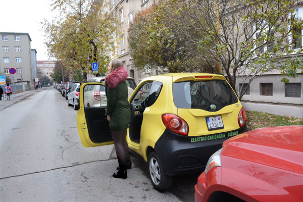 Ľudia sú na mesto nahnevaní. Chcú aby sa parkovanie opäť vrátilo na obe strany Tomášikovej.