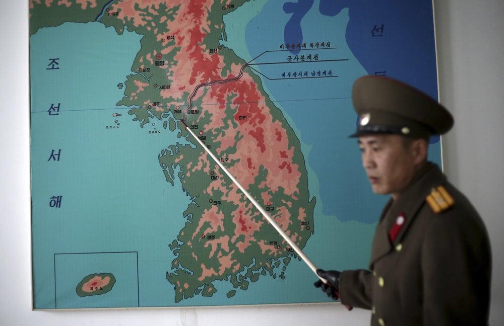 Podplukovník kórejskej ľudovej armády Nam Dong Ho ukazuje na mapke líniu, ktorá oddeľuje obe Kórey v Panmundžon v demilitarizovanej zóny (DMZ).