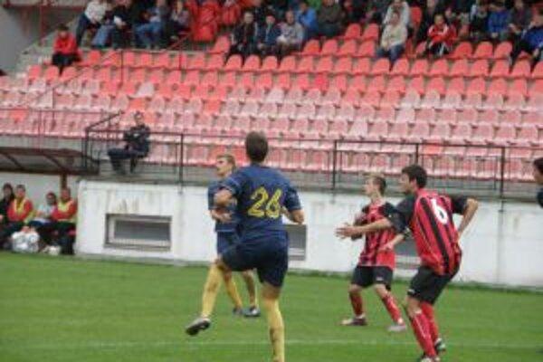 Púchovčan Kučerňák (vpravo v červenom č. 6)sa postaral o všetky tri góly domácich.
