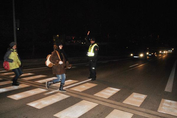 Ján za pomoci svietiaceho kužeľa dohliadal na bezpečnosť chodcov pri Metre na Ázijskej triede.