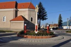 Adventný veniec majú v obci na kruhovom objazde.