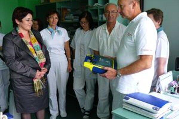 Odovzdávanie prístroja. Zľava riaditeľka polikliniky Marcela Geregová pri odovzdávaní nového defibrilátora. Vpravo lekár Ján Lukáč.