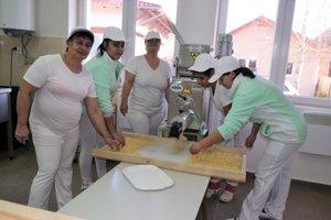Väčšina žien, pracujúcich v obecnom podniku má len základné vzdelanie. Kedysi pracovali ako šičky, potom boli bez práce.