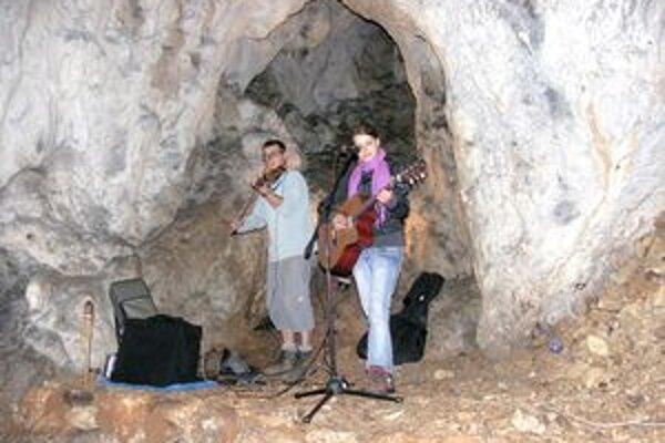Program v jaskyni.