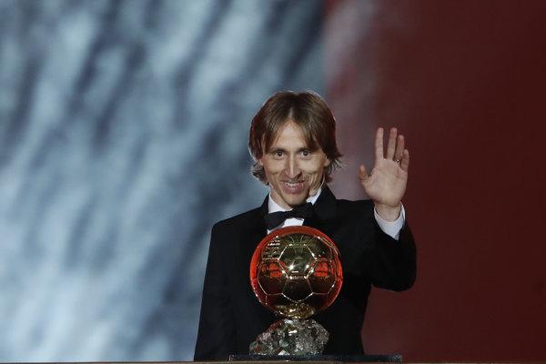 Luka Modrič preberá ocenenie Zlatá lopta 2018.
