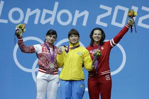 Christina Girardová (vpravo) bola pôvodne až tretia. Obe jej súperky však dopovali.