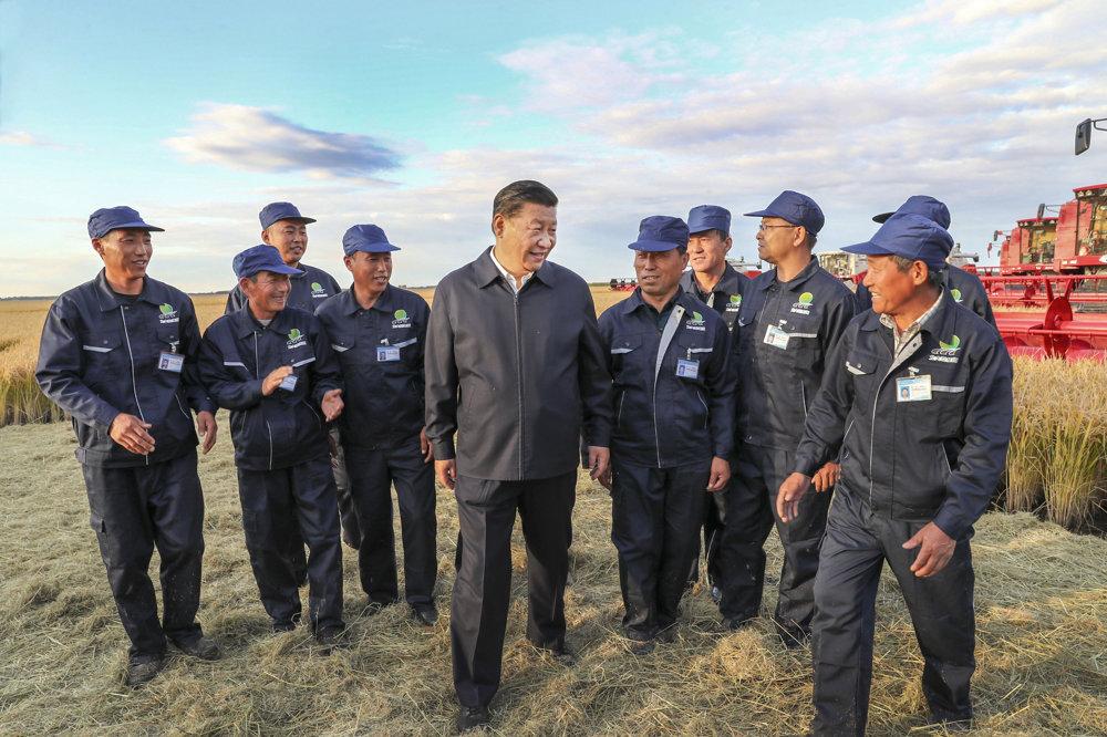 Na fotografii štátnej tlačovej agentúry Nová Čína prezident Si Ťin-pching v družnej debate s robotníkmi z farmy v meste Jiansanjiang.