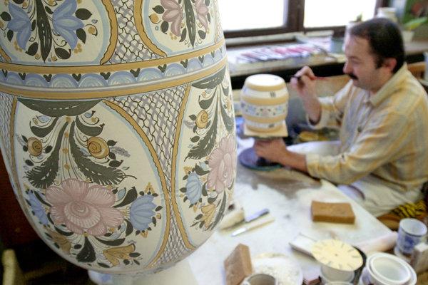 Tradičný výrobca ručnej maľovanej majoliky Slovenská ľudová majolika, ľudovoumelecké družstvo v Modre