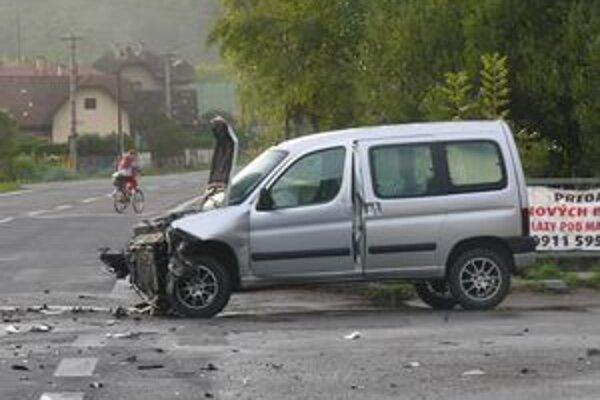 Pri nehode sa zranili dvaja ľudia.