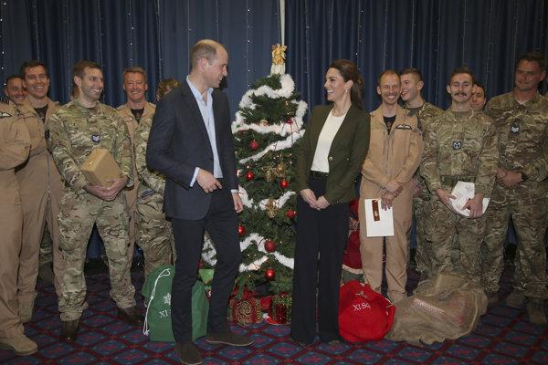 Princ William s manželskou Kate na leteckej základni britského Kráľovského letectva Akrotiri na Cypre.