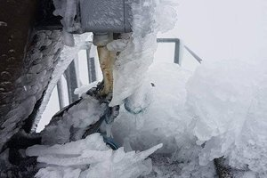 Takýto silný ľad sa držal na zariadeniach.