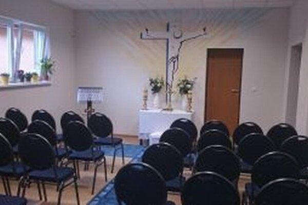 Kapacita kaplnky stačí pre päťdesiat ľudí.