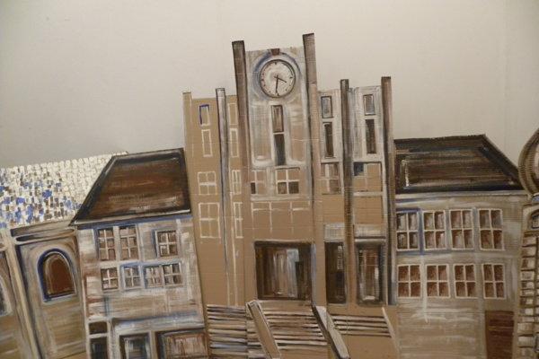 Výstava je doplnená oumelecky stvárnenú maketu torza časti dnešného Námestia slobody sKostolom sv. Bartolomeja, Mestským domom adnes už neexistujúcim Lackovým domom.