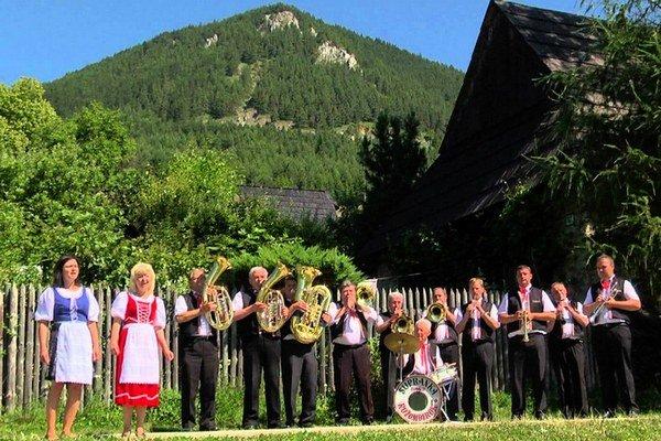 Supranka vznikla v roku 1970 z členov veľkej dychovej hudby Supra pri Závodnom klube SCP Ružomberok. Od roku 1993 je členom Združenia dychových hudieb Slovenska, ktorý eviduje 142 dychových hudieb. Okrem účinkovania na rôznych kultúrno-spoločenských poduj