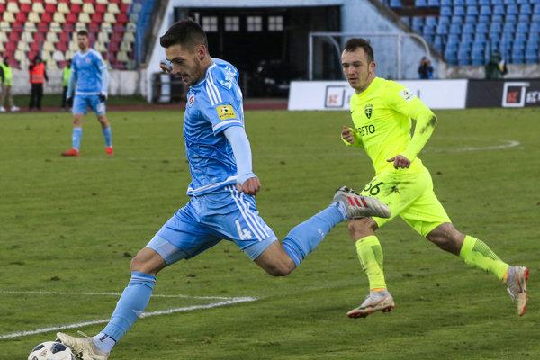 Na snímke zľava Vukan Savičevič (Slovan) a Miroslav Káčer (Žilina) v zápase 18. kola futbalovej Fortuna ligy ŠK Slovan Bratislava - MŠK Žilina.