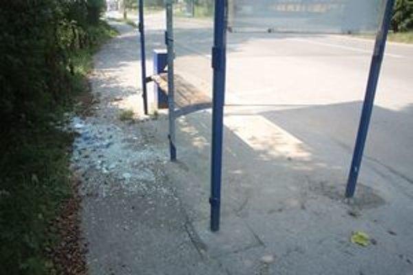 Takto dopadli autobusové zastávky po nájazde vandalov.