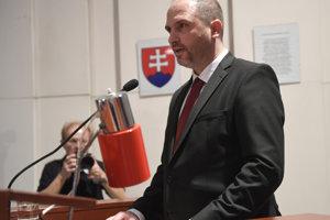 Jaroslav Polaček počas čítania sľubu.