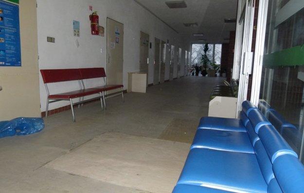 Vchod do polikliniky otvárajú o piatej ráno, potom sa začínajú napĺňať čakárne.