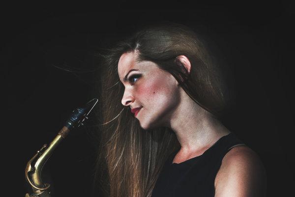 Dominika Titková zahrá pred Vianocami spolu s kapelou v nitrianskej kaviarni.