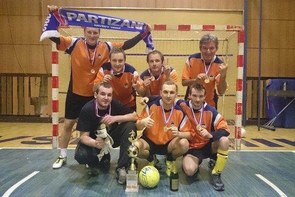 Víťazný tím Partisans united. V hornom rade zľava: Juraj Kutnár, Jozef Laučík, Richard Kuna, Jozef Peško. V dolnom rade zľava: Pavel Skačáni, Ján Pikla a Patrik Palčo.