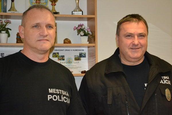 Miroslav Jevič (vľavo) a Ján Antoni našli strateného muža na brehu Laborca.