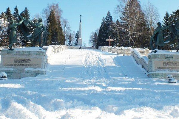 Areál cintorína a pamätníka sa štyri a pol mesiaca v roku neudržiava a nečistí.