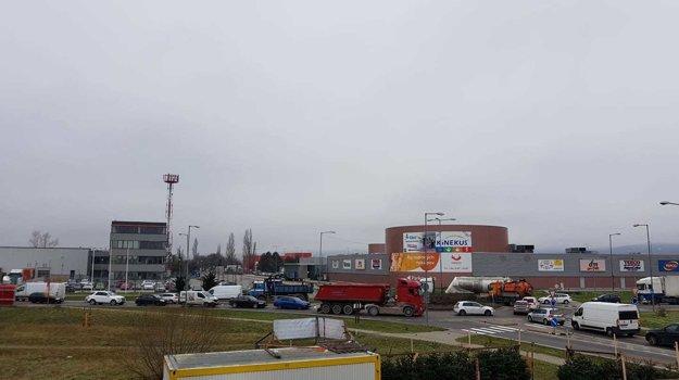 Dopravná zápcha na kruhovom objazde vo Vajnoroch vo štvrtok napoludnie. Vľavo má stáť predajňa Lidlu.