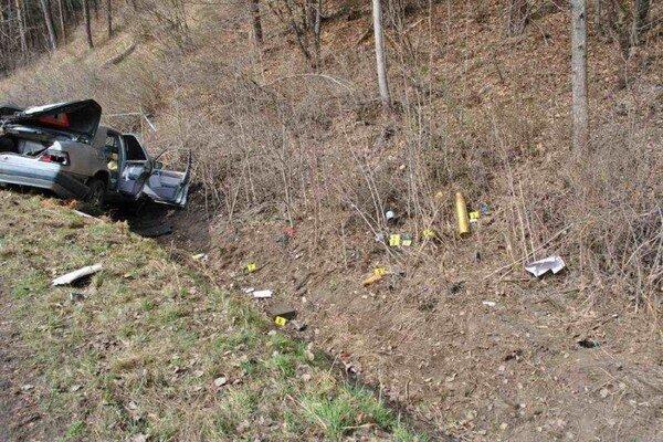 Vodič s vyše dvoma promile a zbraňami v aute zišiel z cesty narazil do svahu.