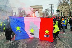 """Demonštrácie """"žltých viest"""" na parížskom bulvári."""