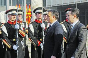 Bývalý macedónsky premiér Gruevský (vpravo) na stretnutí s maďarským premiérom Orbánom.