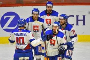 Slovenskí hokejoví reprezentanti sa radujú z gólu.