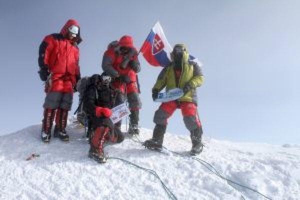 Slovenská expedícia na vrchole Denali. Vpravo Štefan Žilovec.