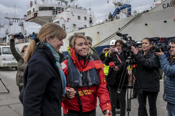 Zachránili britskú moreplavkyňu, jej jachtu postihla silná búrka