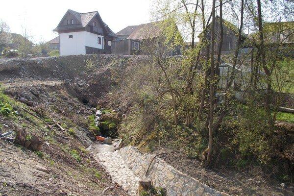 Zámer projektu je stabilizovať prietok potoka a zamedziť hrozbu zosuvov pôdy v obci a okolí.