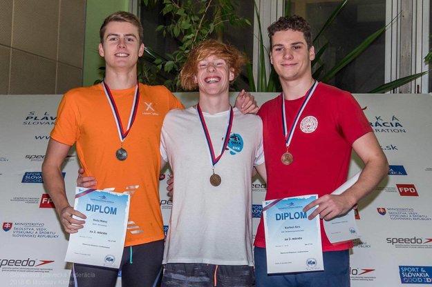 Vpravo bronzový Alex Karkuš.