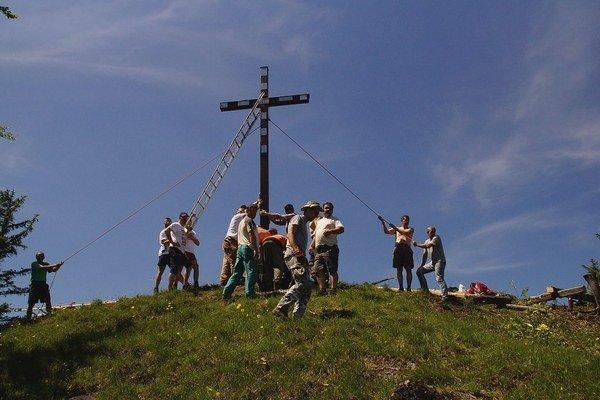 Kríž vyniesli černovskí chlapi na pleciach striedajúc sa pri tom. Vztýčili ho na pravé poludnie.