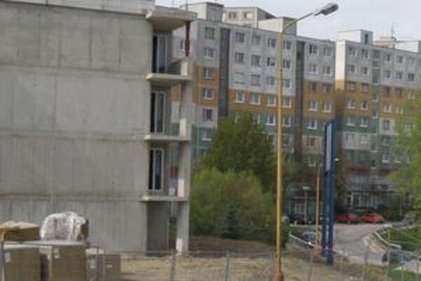 Bytovky stavia firma Hant BA, ktorá vzišla ako víťaz verejného obstarávania, z užšej súťaže.