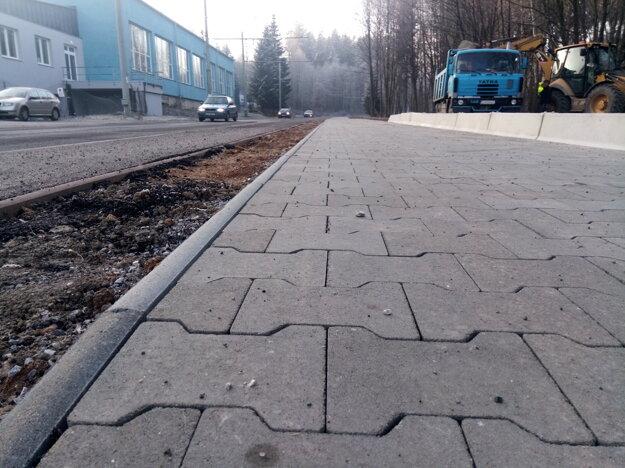 Nový chodník a cyklotrasa pri lesoparku.