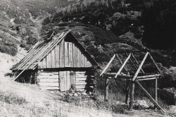 Koliba Pod Klinom je najvyššie umiestnenou pastierskou kolibou na Slovensku. Snímka z roku 1976.