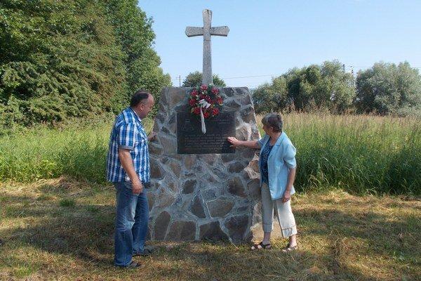 Miesto, kde pôvodne stál drevený kostol. Na fotografii starosta Miroslav Kubáň aDaniela Fiačanová.